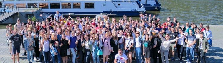 студенты на прогулке по Влтаве eurostudy.cz