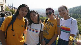 студенты на фоне Пражского Града