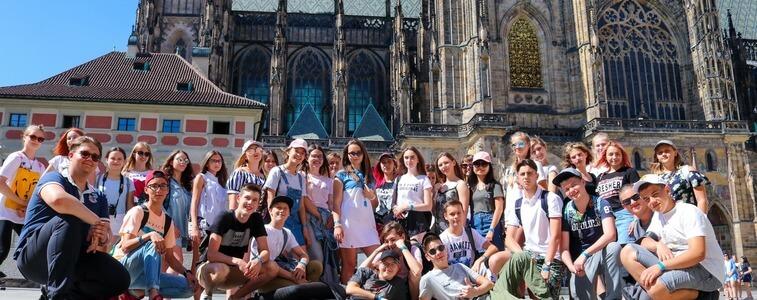 студенты на фоне Пражского Града eurostudy.cz