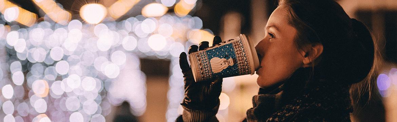 девочка пьет кофе, вокруг боке белое