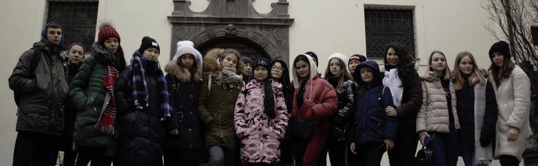 дети на фоне Праги стоят, Пражский зоопарк, eurostudy.cz