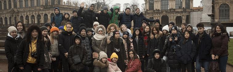 много детей стоит в центре города Дрезден, eurostudy.cz