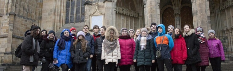 дети стоят на фоне собора. Сзади Пражский Град, eurostudy.cz
