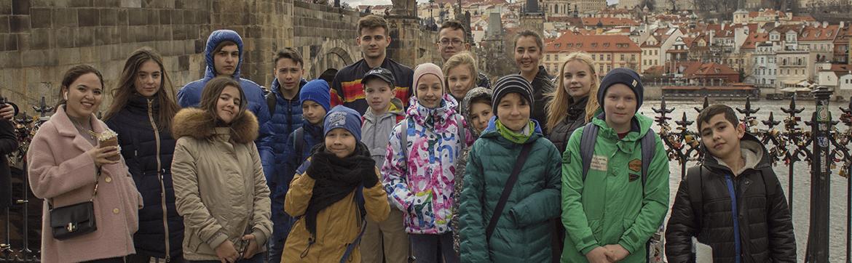 Весенние каникулы: Старый город и Карлов мост, дети стоят на фоне моста