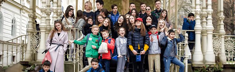 Карловы Вары, дети стоят в центре города