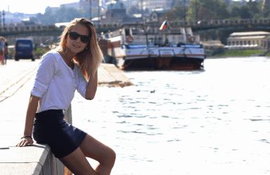 Девушка у корабля eurostudy
