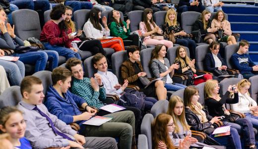 Почему необходима программа изучения профильной терминологии Для того, чтобы бесплатно получить высшее образование в Чехии, недостаточно сдать чешский язык на уровень В2 — необходимо успешно пройти вступительные экзамены в чешские вузы. В зависимости от выбора желаемой специальности и приоритетного вуза, вы можете подобрать идеально подходящий для вас подготовительный курс. Подготовка по профильным дисциплинам поможет вам понять отличия между странами в обучении, качественно подготовиться к экзаменам и быстро влиться в учебный процесс в чешском университете. Обучение на подготовительных курсах проводится на базе Чешского Аграрного и Чешского Технического Университета, что облегчает студентам поступление в данные вузы, потому что с университетом и его программой ребята успевают познакомиться во время подготовки. К годовой программе чешского языка в ЧВУТ и ЧЗУ прилагается 60 академических часов занятий по математике и 100 часов английского языка.