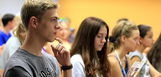 студенты в аудитории eurostudy